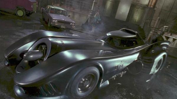 O batmóvel dos filmes de Tim Burton com o Batman (Foto: Reprodução)