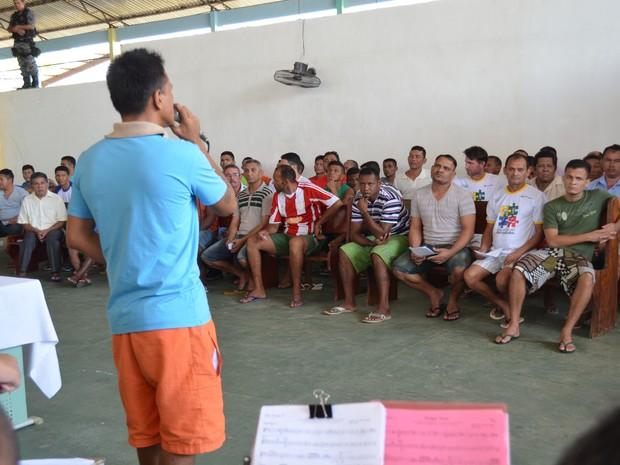 Abertura do LibertArt teve apresentação musical de interno (Foto: Cassio Albuquerque/G1)