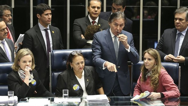Senadoras da oposição ocupam a mesa da presidência durante sessão que discute a reforma trabalhista no Senado (Foto: Antonio Cruz/Agência Brasil)