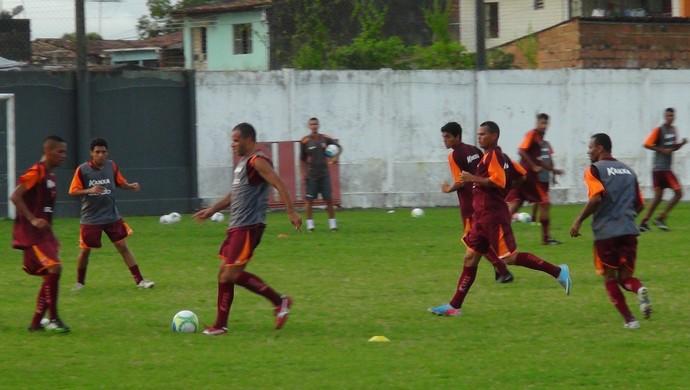Treino do CRB foi marcado pela marcação forte (Foto: Denison Roma / GloboEsporte.com)