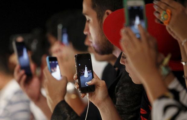 Cada vez mais presentes, smartphones deixam saudade quando somem; pesquisa mostra que 41% choram quando perdem ou tem o aparelho roubado. (Foto: Enrique Castro/Reuters)