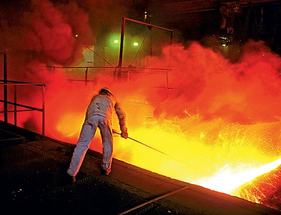 Trabalhador na usina siderúrgica de Volta Redonda, no Rio de Janeiro (Foto: Juca Martins/Tyba, Claudio Rossi/Ed. Globo)