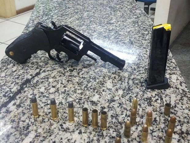 Arma e munições foram encontradas após troca de tiros nas Colinas, em São Pedro (Foto: Polícia Militar/Divulgação)
