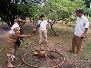 Pajé em ritual para curar a terra depois de uma queimada (Foto: Reprodução de imagem)