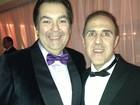 Fausto Silva usa gravata borboleta roxa em festa