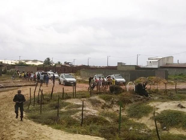 Corpos foram encontrados na manhã deste sábado (20) numa região utilizada como trilha de bugueiros próximo à comunidade da África, no bairro da Redinha (Foto: Eduardo Rodrigues/Inter TV Cabugi)