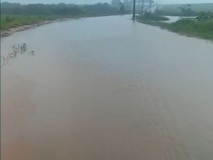 Estrada vicinal em Brotas teve que ser interditada por conta do alagamento (Foto: Fernando Grão Villa/ Arquivo Pessoal)