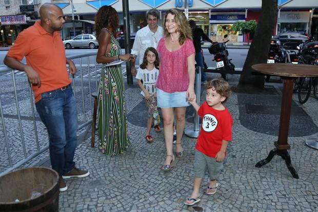 Cláudia Abreu com os filhos (Foto: Roberto Filho/Brazil News)