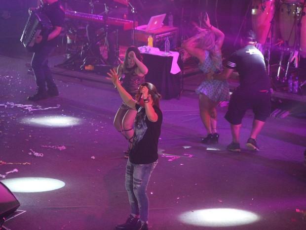 Wesley Safadão com fã em show na Zona Oeste do Rio (Foto: Thyago Andrade/ Brazil News)