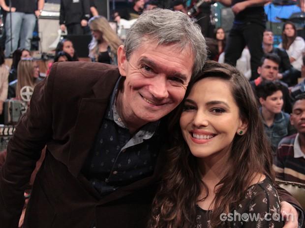 Serginho Groisman posa para fotos com a atriz Tainá Müller (Foto: TV Globo/Altas Horas)