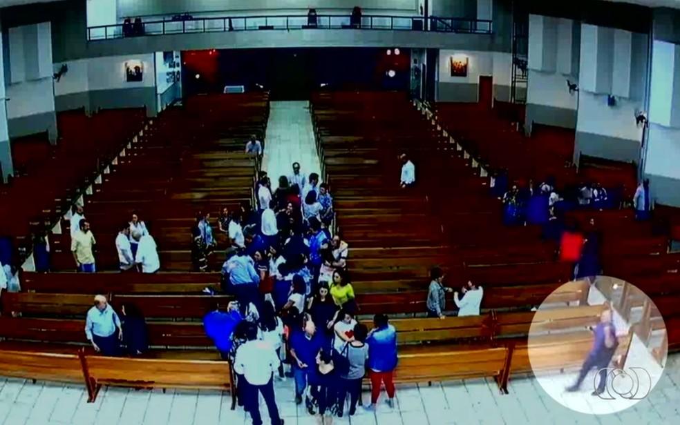 Câmera registrou homem caminhando em direção ao altar para furtar bolsa em igreja (Foto: Reprodução/TV Anhanguera)