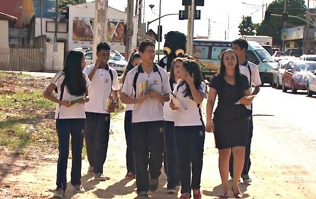 Estudantes enfrentaram forte calor para levar informações de prevenção ao mosquito Aedes Aegypti (Foto: Acre TV)