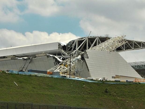 Parte da arquibancada do estádio do Corinthians foi destruída no acidente em Itaquera (Foto: Gero/Futura Press)