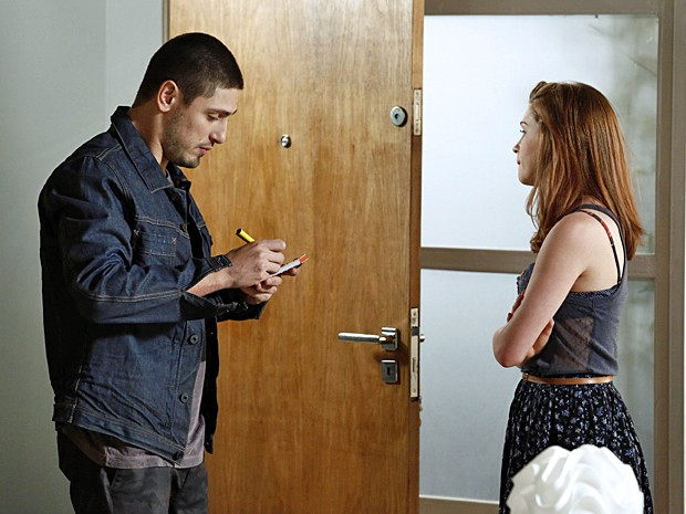 Lucas deixa o seu telefone antes de ir embora (Foto: Fábio Rocha / TV Globo)