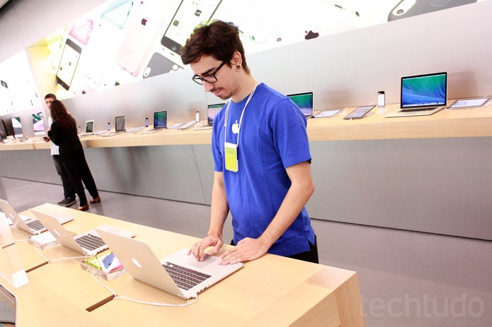 Especialista na Apple Store (Foto: Allan Melo / TechTudo)