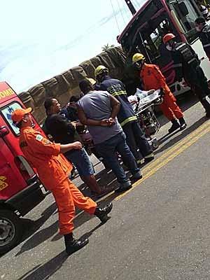 Passageiro de ônibus é socorrido em acidente entre ônibus e caminhão na descida do Colorado (Foto: Reprodução)