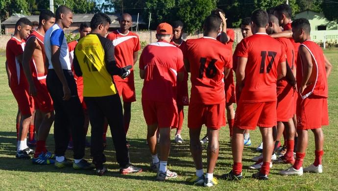 Elenco treina com bola e técnico reúne para conversar sobre esquema tático (Foto: Tércio Neto/GloboEsporte.com)