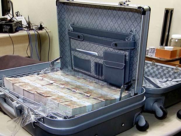 Mala com dinheiro falso encontrada no Aeroporto JK (Foto: Vianey Bentes/TV Globo)