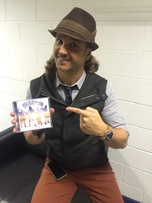 Tato mostra próximo cd do 'Falamansa' (Foto: Monique Arruda/Gshow)