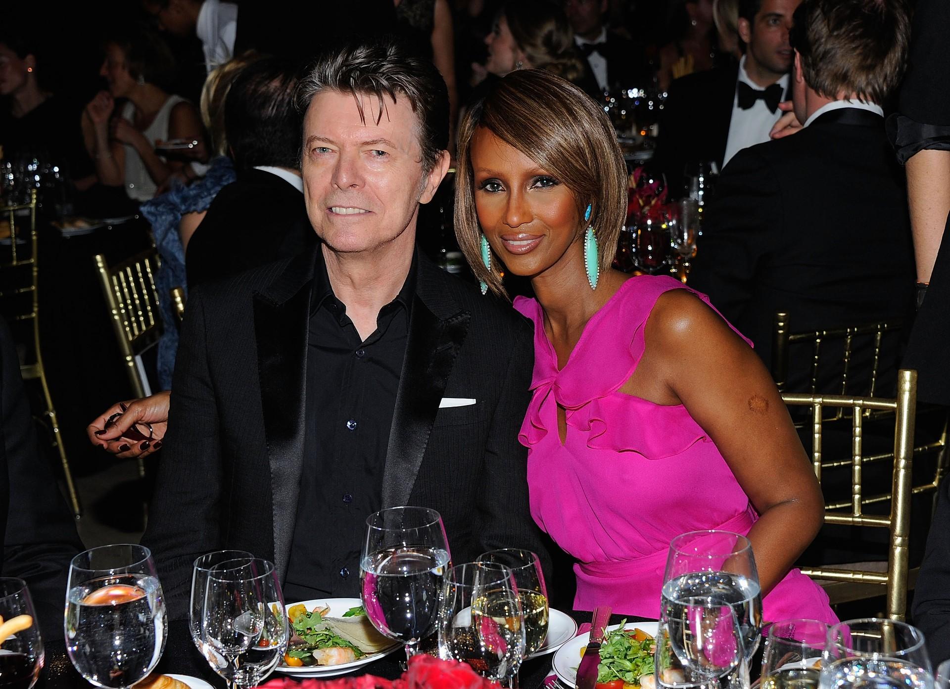 O ícone do pop, Bowie, casou-se com a modelo somali Iman, e tem uma filha com ela. Os dois ganharam reconhecimento mundial pela música de David e a linha de cosméticos da esposa. (Foto: Getty Images)