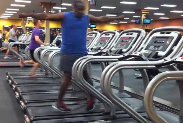 Homem mostrou habilidade ao dançar em cima de esteira ergométrica em movimento (Foto: Reprodução/YouTube/David Wilson)