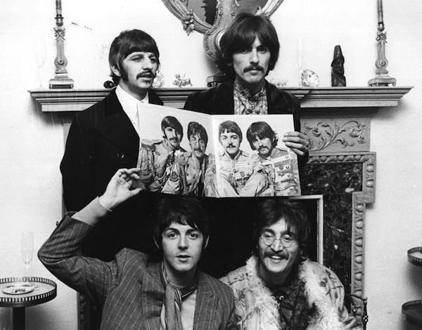 Os Beatles na época do lançamento de Sgt Pepper's Lonely Hearts Club Band (Foto: Getty Images)