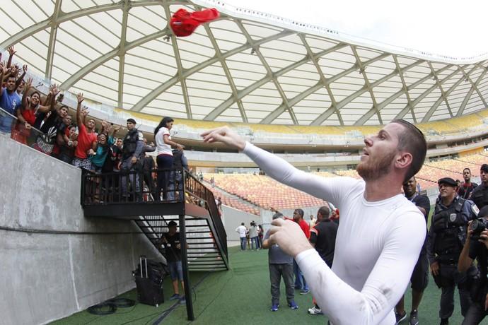 Paulo Victor joga a camisa pra galera (Foto: Gilvan de Souza/Fla Imagem)