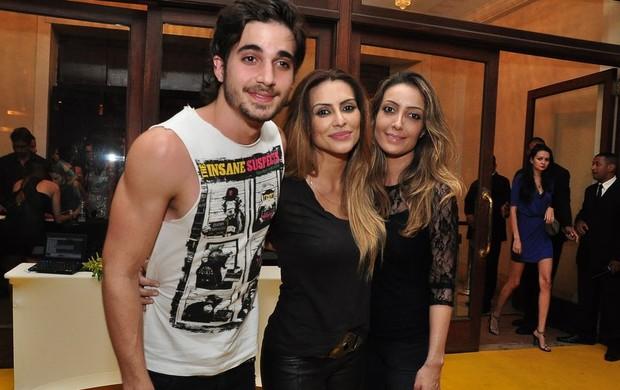 Fiuk, mais fortinho, com as irmãs Cleo e Tainá (Foto: Roberto Teixeira/Ego)