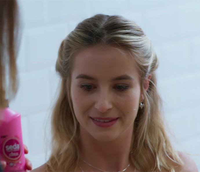Bárbara superaprovou o penteado que Jéssica fez nela (Foto: TV Globo)