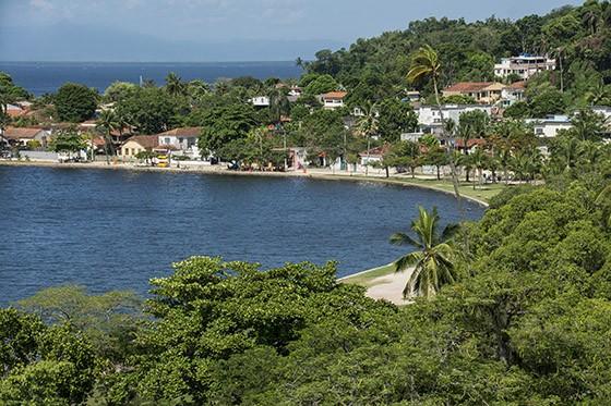 Desde o mirante do Parque Darke de Mattos, vista da praia José Bonifácio e do centro da ilha de Paquetá  (Foto: © Haroldo Castro/Época)