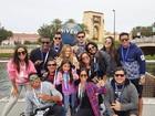 Anitta posa com a família e amigos no Universal Studios