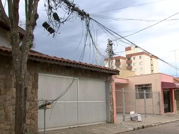 Fios 'embolados' em poste na Vila Hortolândia, em Jundiaí, preocupam moradores (Foto: Reprodução/TV TEM)