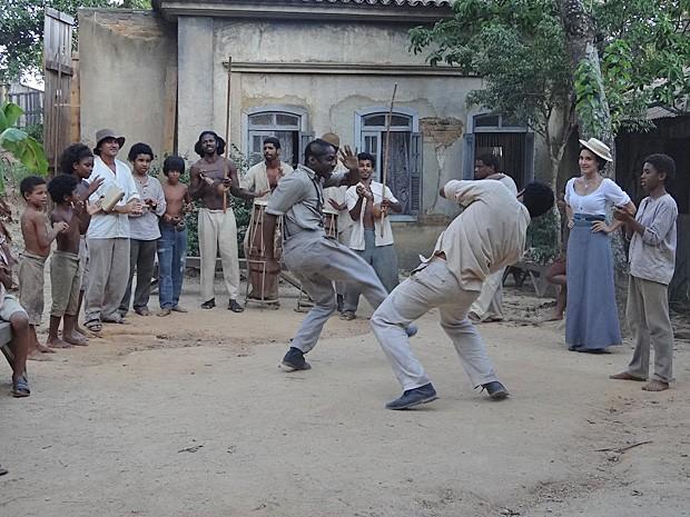 Chico e Zé jogam capoeira diante do cinematógrafo (Foto: Lado a Lado/TV Globo)