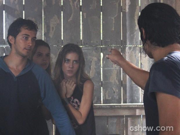 Antônio ameaça Ben, Anita e Sofia (Foto: Malhação / TV Globo)