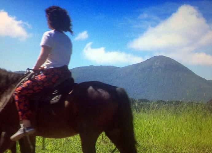 Michelly vai fazer um passeio a cavalo que ocorre apenas nas noites de lua cheia,  (Foto: Reprodução/ Plug)