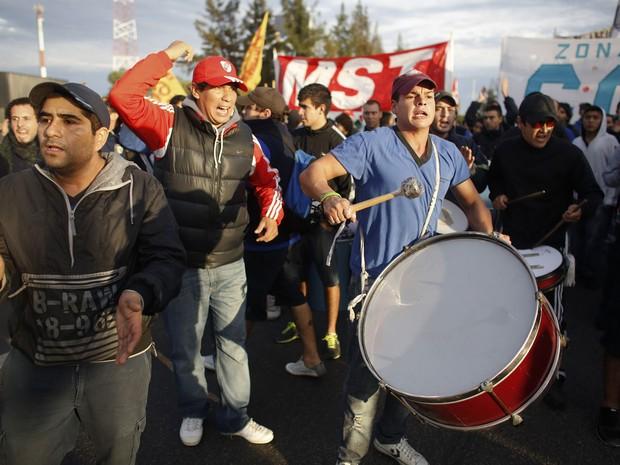 Manifestantes protestam em rodovia de acesso a Buenos Aires nesta quinta-feira (10) (Foto: Victor R. Caivano/AP)