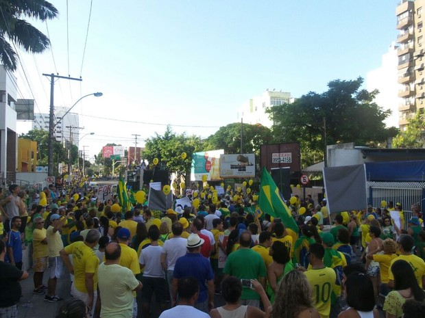 Manifestantes se reúnem em Vila Velha para protesto (Foto: Gazeta Online)