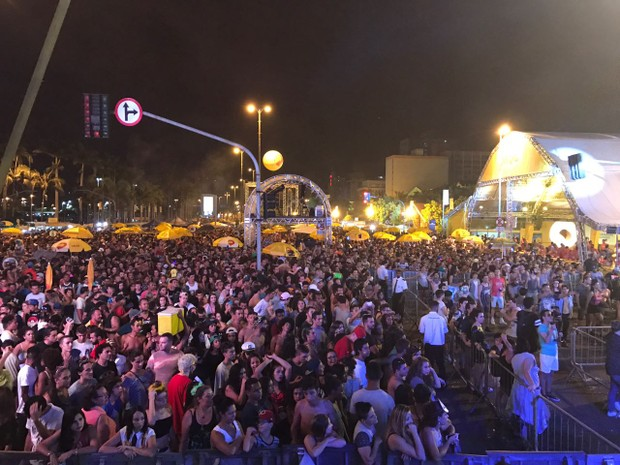 Público lotou Praça Fernando Machado (Foto: Douglas Márcio/RBS TV)