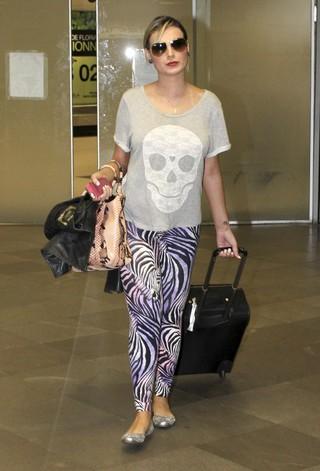 Andressa Urach desembarca em aeroporto de Porto Alegre (Foto: Grosby Group/ Agência)