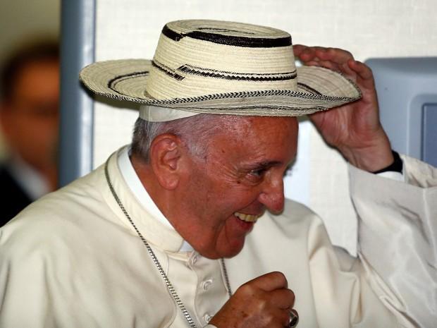 Papa Francisco recebe chapéu e anuncia que Panamá irá receber próxima edição da Jornada Mundial da Juventude, em 2019 (Foto: Stefano Rellandini / Reuters)