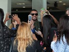 Cauã Reymond é cercado por fãs em aeroporto de São Paulo