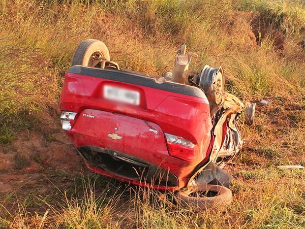 Veículo bateu na frente e na lateral da Kombi e capotou (Foto: Jornal Jogo Sério)