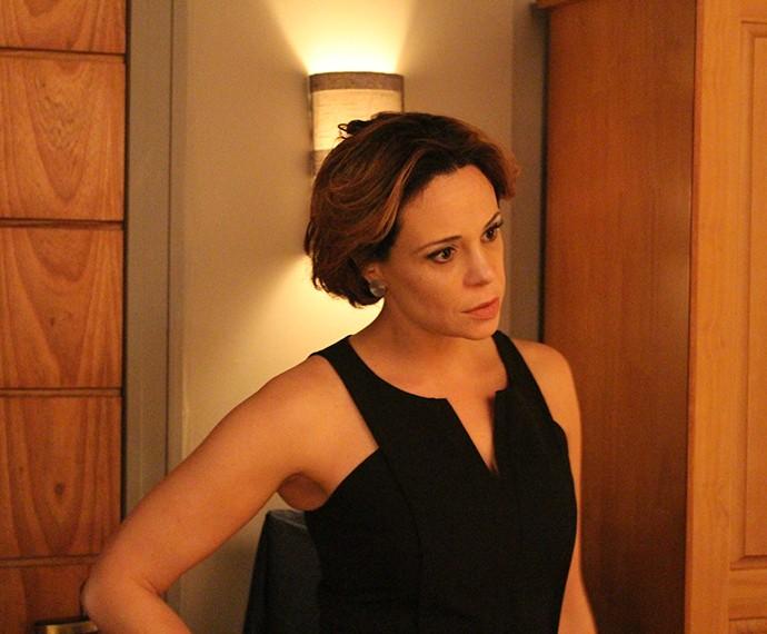 Ana fica desconfiada do marido (Foto: Rodrigo Brisolla/Gshow)