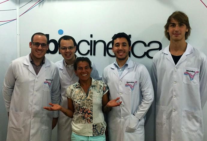 Silvana Lima posa com a equipe médica que realizou os testes biocinéticos (Foto: Divulgação)