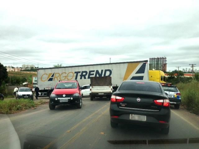 Uma carreta quebrou nesta sexta-feira (17), no início da M-251, rodovia Emanuel Pinheiro, que liga Cuiabá a Chapada dos Guimarães. O fato fez com que os veículos ficassem impedidos de trafegar, nos dois lados da pista gerando grande congestionamento no trânsito do local. Por conta disso, a  Policia Militar foi acionada para controlar o tráfego de veículos. Após alguns minutos, um guincho retirou a carreta da pista e o fluxo de veículos voltou a fluir normalmente. (Foto: Marcos Landin/TVCA)