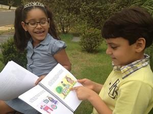 Menino de 7 anos escreve livro para incentivar a irmã de 5 a usar óculos, em Goiânia (Foto: Gabriela Lima/G1)