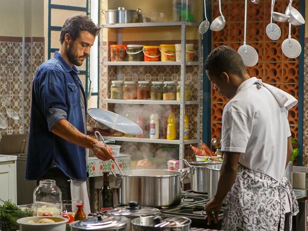 Enrico cozinha na humildade (Foto: Artur Meninea/Gshow)