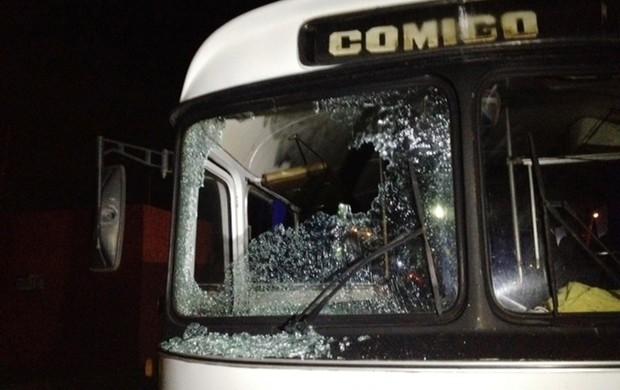 Ônibus do Vila Nova depredado por torcedores (Foto: Fernanda Trigueiro/TV Anhanguera)