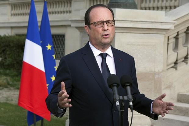 François Hollande faz pronunciamento em frente ao Ministério de Relações Exteriores, em Paris (Foto: Philippe Wojazer/Reuters)