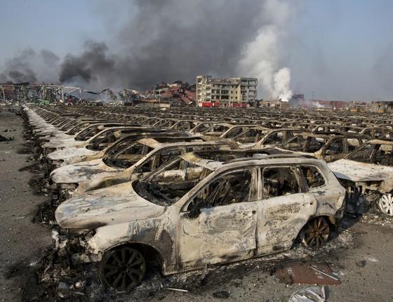A explosão chegou a afetar carros em um estacionamento a alguns quilômetros de distância (Foto: AP Photo/Ng Han Guan)